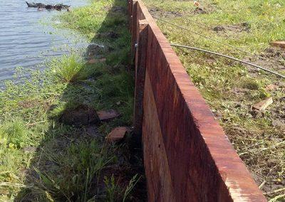 Estacada de madera en laguna