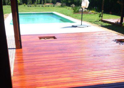 Deck madera en jardín