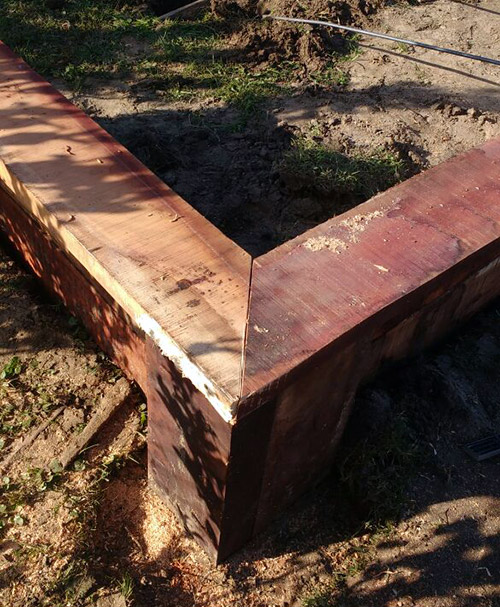 encastre-estacado-de-madera-en-parque