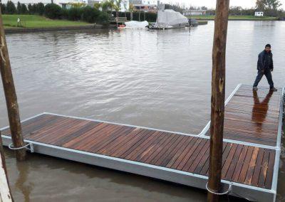 Muelle flotante de madera sobre río
