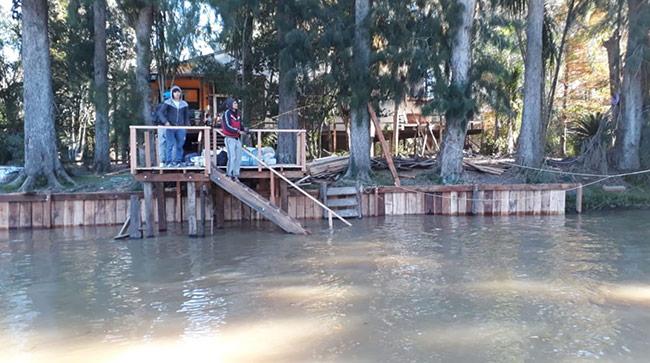 estacada-y-muelle-madera-sobre-rio