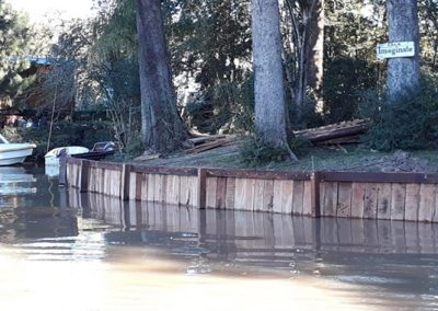 Estacada de madera en río Carachay