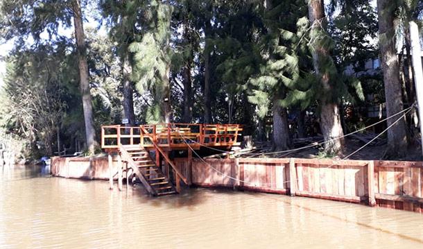 muelle-de-madera-en-zona-delta-rio-capitan