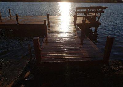 muelle de madera sobre laguna