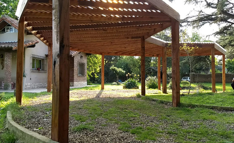 pergola-triangular-de-madera-sobre-jardin